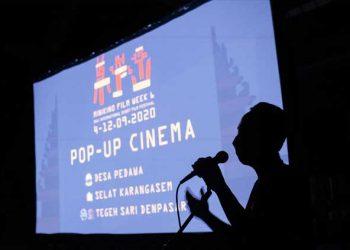 I Made Suarbawa sedang memberikan kata sambutan di salah satu desa tempat Pop-Up Cinema MFW6 diadakan - Martino
