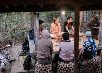 Beberapa guest speaker dan filmmaker MFW5 berkunjung ke Rumah Adat Desa Pedawa - Vifick
